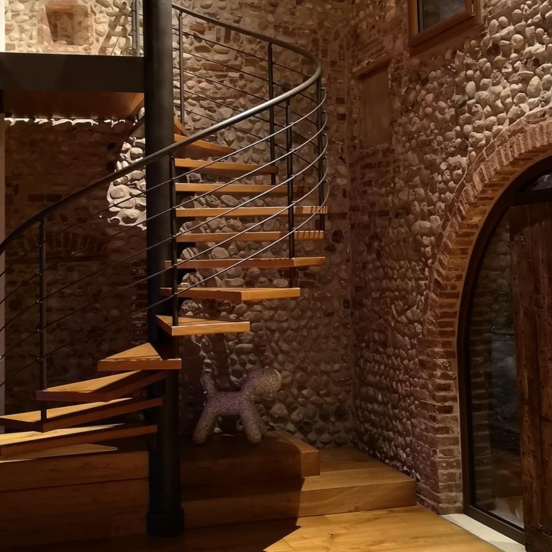 Illuminazione interni torre difensiva militare del XIV secolo ad uso abitativo Idealux, Marostica)
